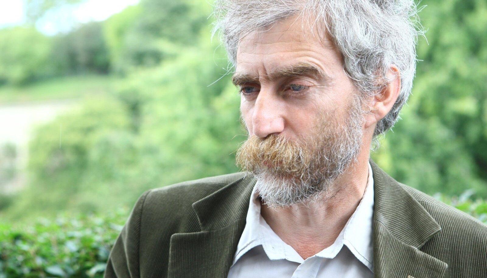 Aleksei Lotman kaitseb loodust ja peab lihaveiseid. See annab võimaluse analüüsida keskkonnateemasid nii põllumehe kui ka looduskaitsja mätta otsast.