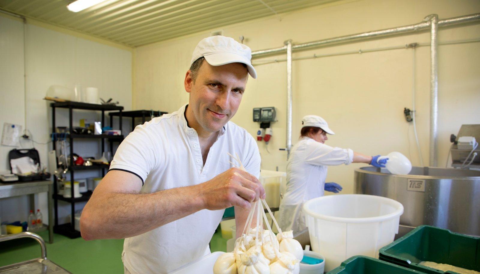"""""""Juustutegu on Itaalias olnud ikka meestetöö,"""" teatab Viinamärdi talu peremees Denis Pretto, kes pildil valmistab burrata'sid."""