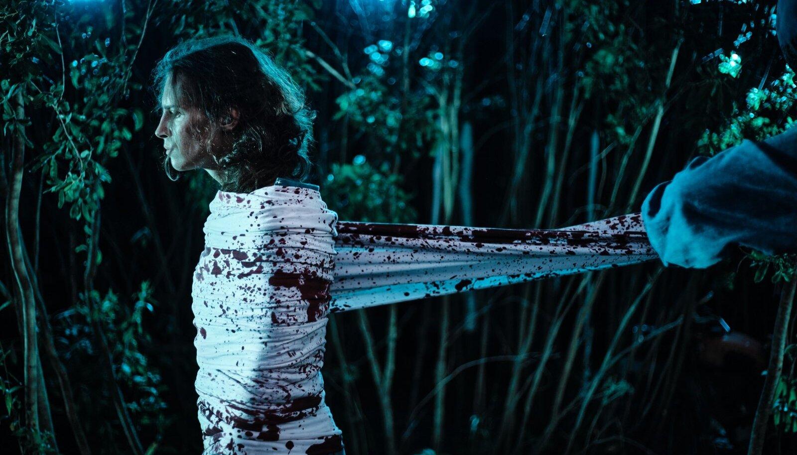 Serafima (Ilo-Ann Saarepera) pärast seda, kui tema mees Raimond Uusküla on teda peksta ja ka vägistada lasknud.