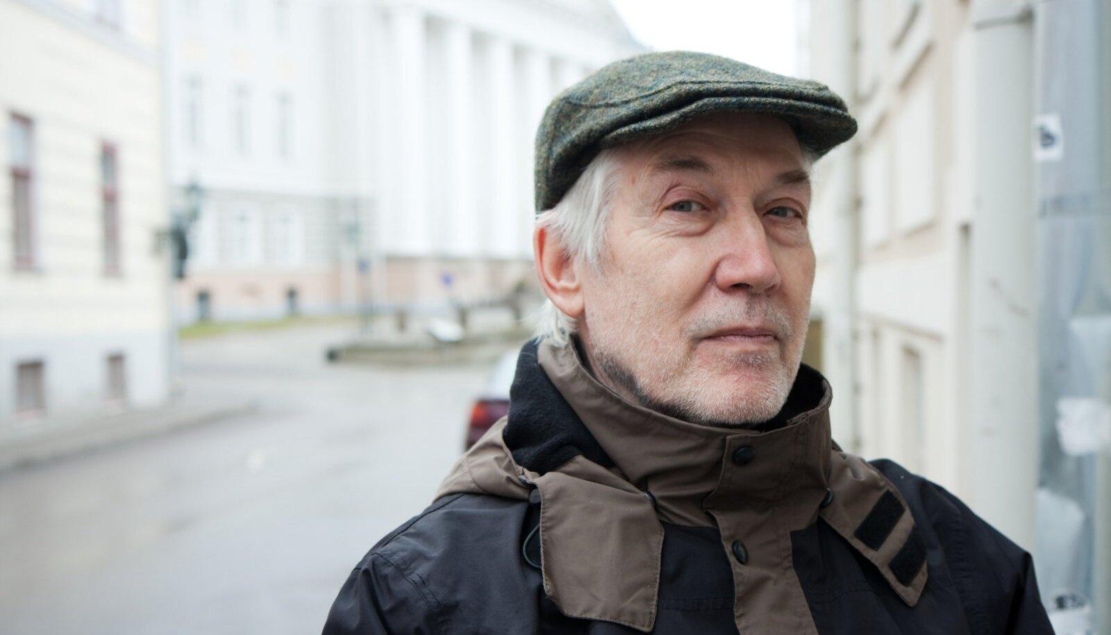Jaan Kaplinski 2012. aastal Tartu kesklinnas Ülikooli tänaval.
