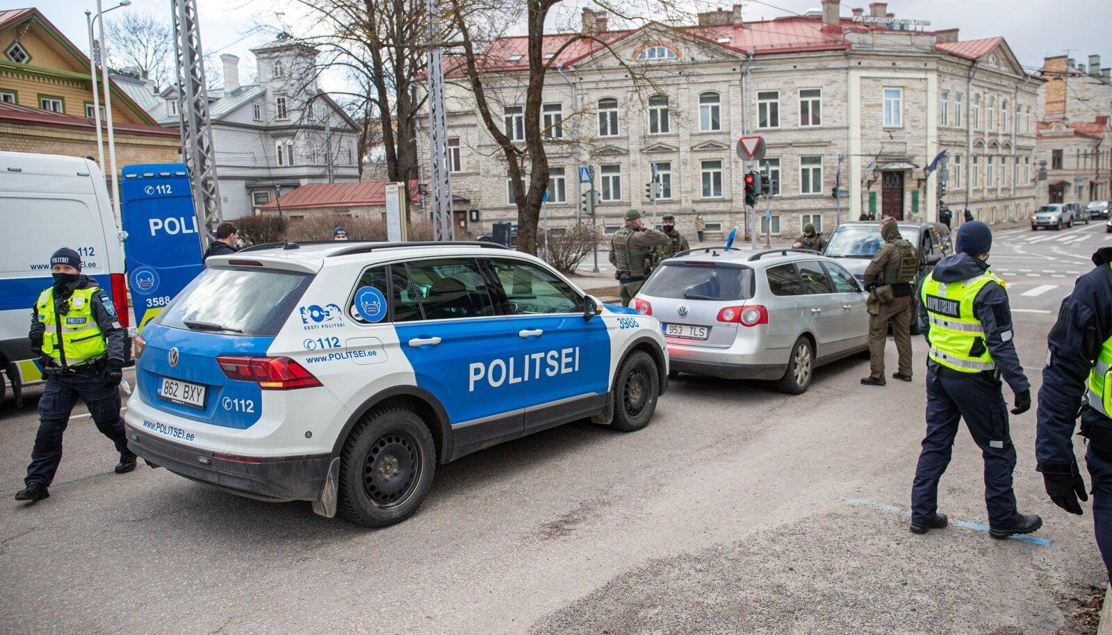 Lisaks arstidele, epidemioloogidele ja terviseameti töötajatele on koroonaviiruse leviku peatamise roll ka politseinikel. Nüüd peab PPA nuputama, kust tõmmata vööd koomale.