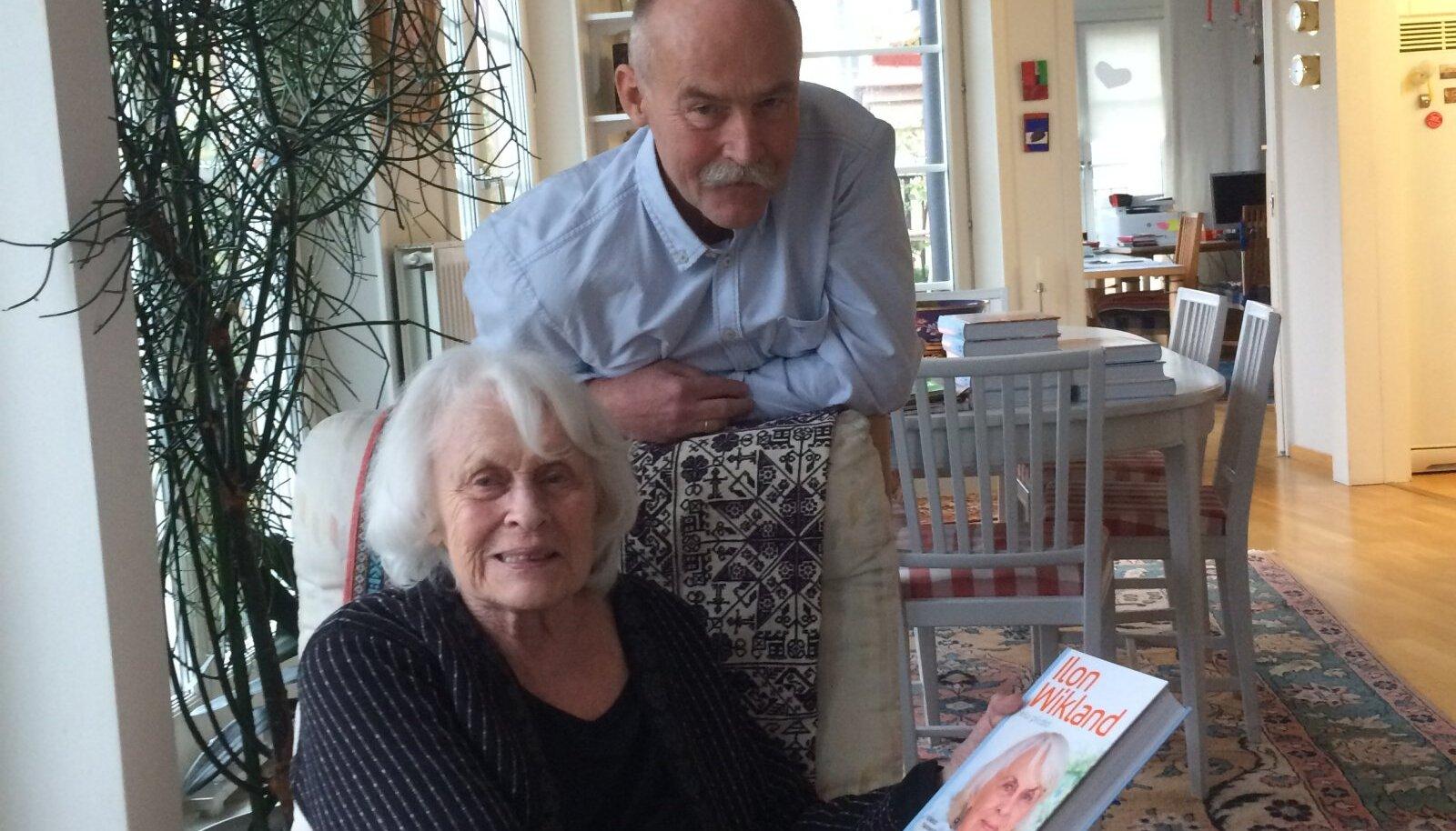 Enno Tammer tänavu oktoobris värske raamatuga Ilon Wiklanidi juures külas.