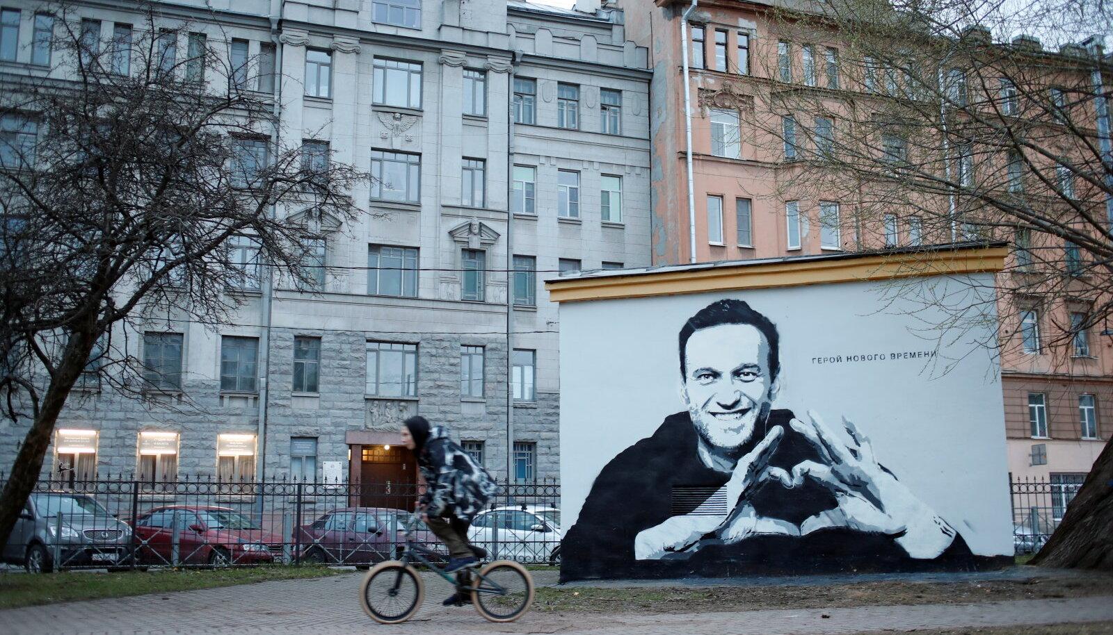 """Aleksei Navalnõid kujutav grafiti Peterburis. Kiri seinal ütleb: """"Uue aja kangelane""""."""""""