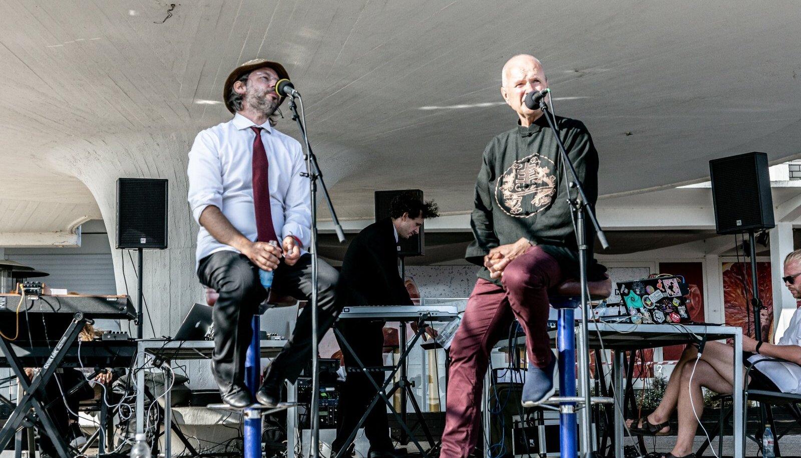 Kaadris Sven Grünberg ja Taavi Kerikmäe Eesti Elektroonilise Muusika Seltsi ansamblist.
