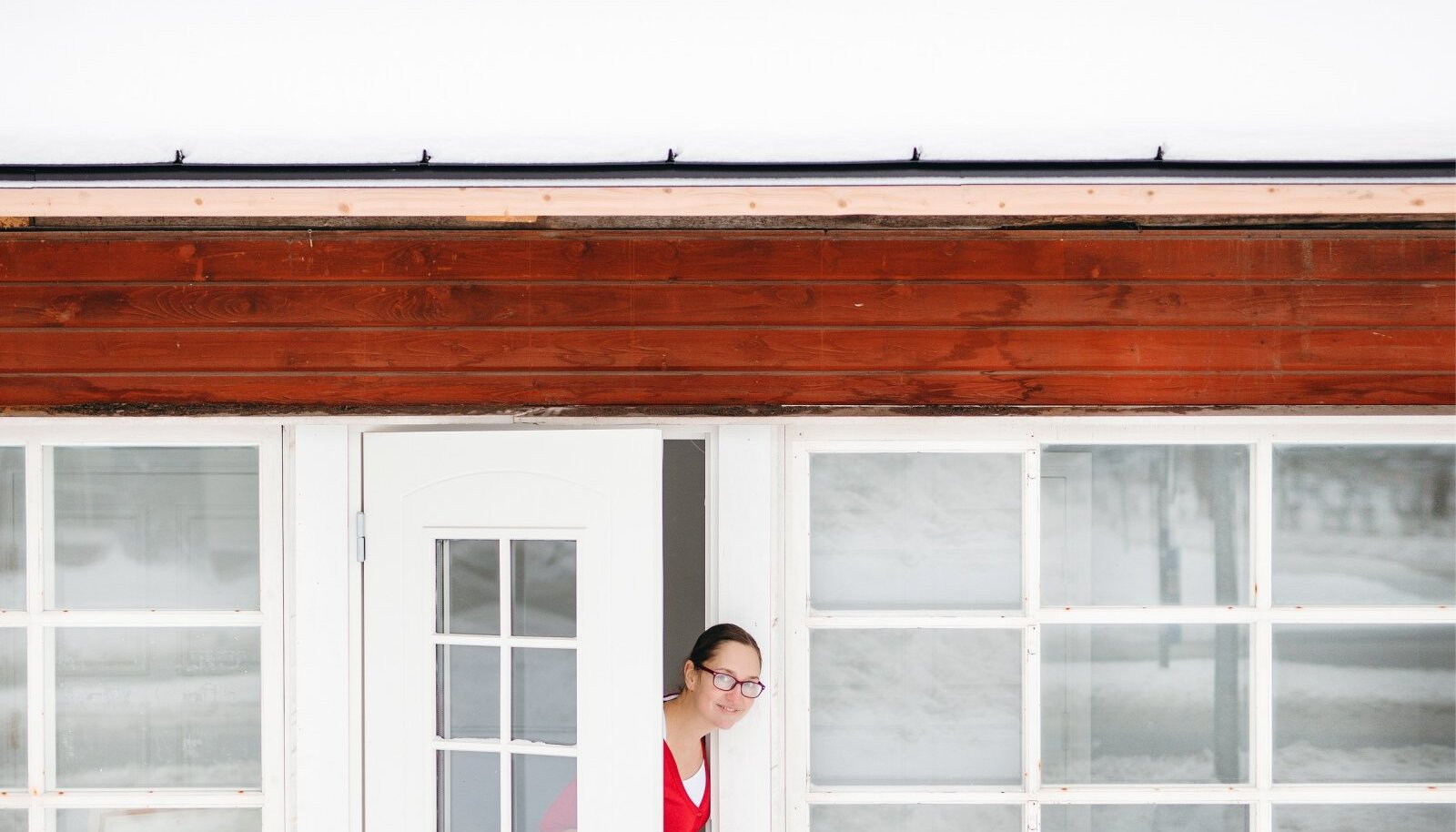 Piparkoogimaja uksel. Piparkoogimajaks kutsub ta seda maja romantilise välimuse pärast. Seda lisandub renoveerimise järel veelgi...