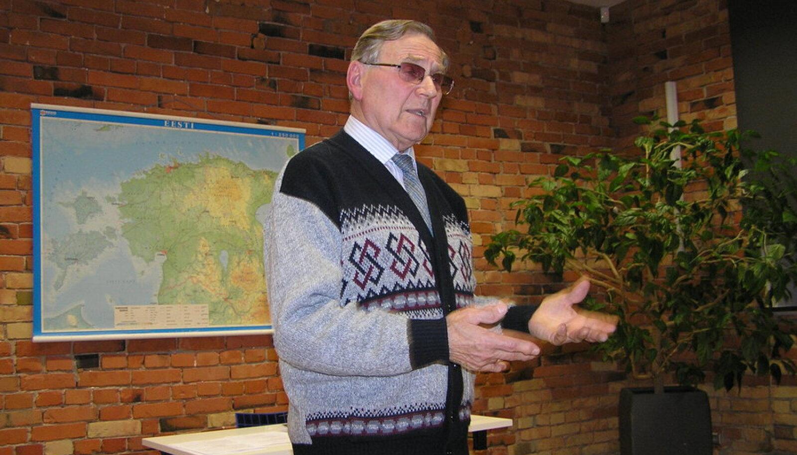 Paevana Rein Einasto rääkis Märjamaa raamatukogus kirglikult poliitikast ja paekivini seekord ei jõudnudki. Foto: Reet Saar
