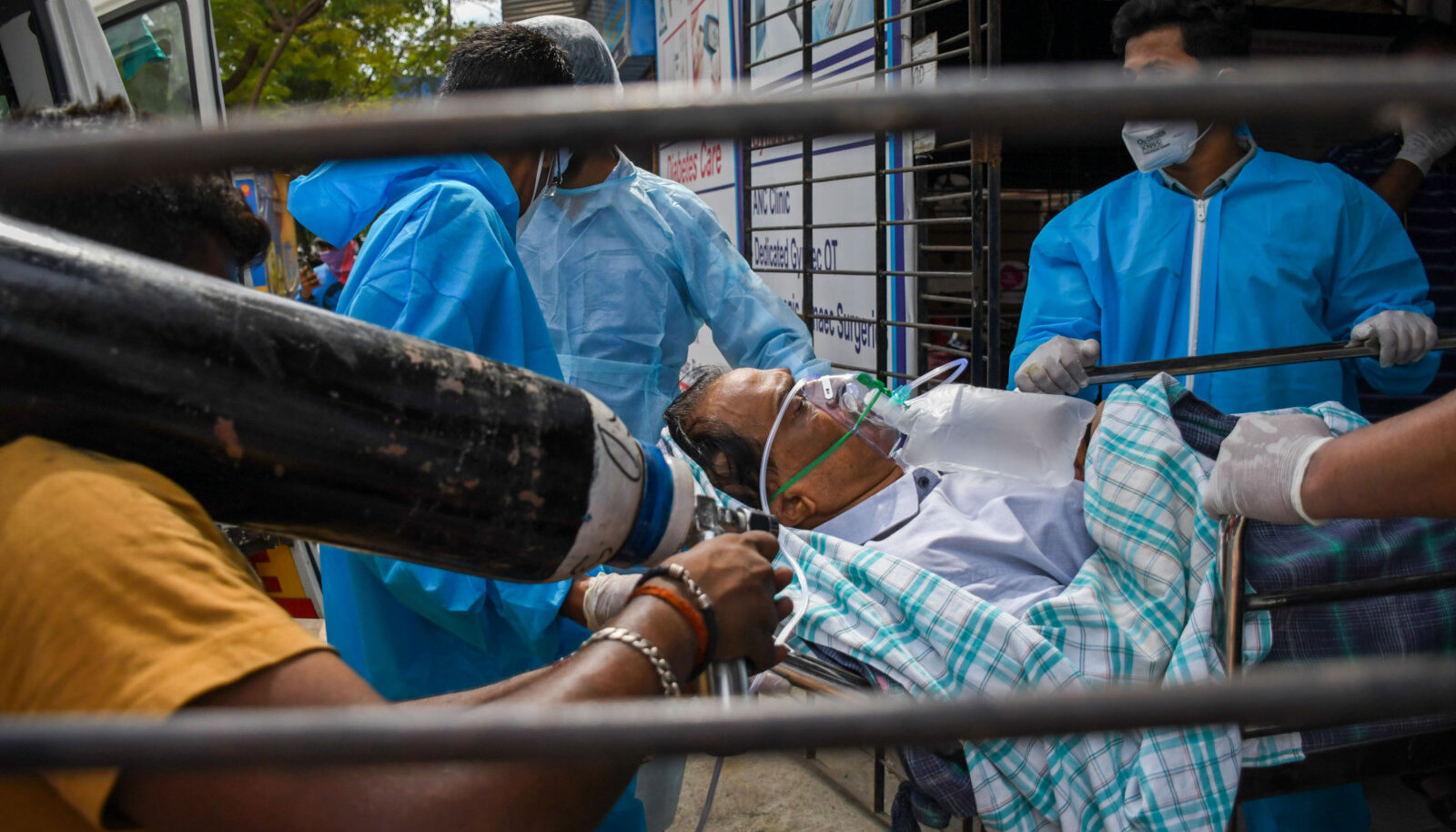 Транспортировка коронавирусного больного в Индии