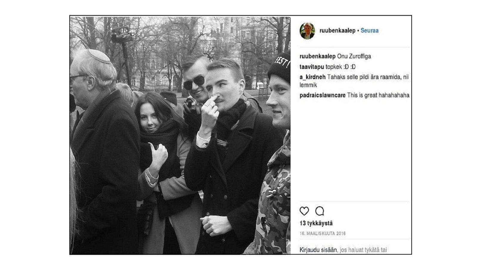 """""""ONU ZUROFFIGA"""": EKRE juhatuse liige Ruuben Kaalep poseerimas sõpradega juudi selja taga, teeb grimasse ja pigistab nina."""