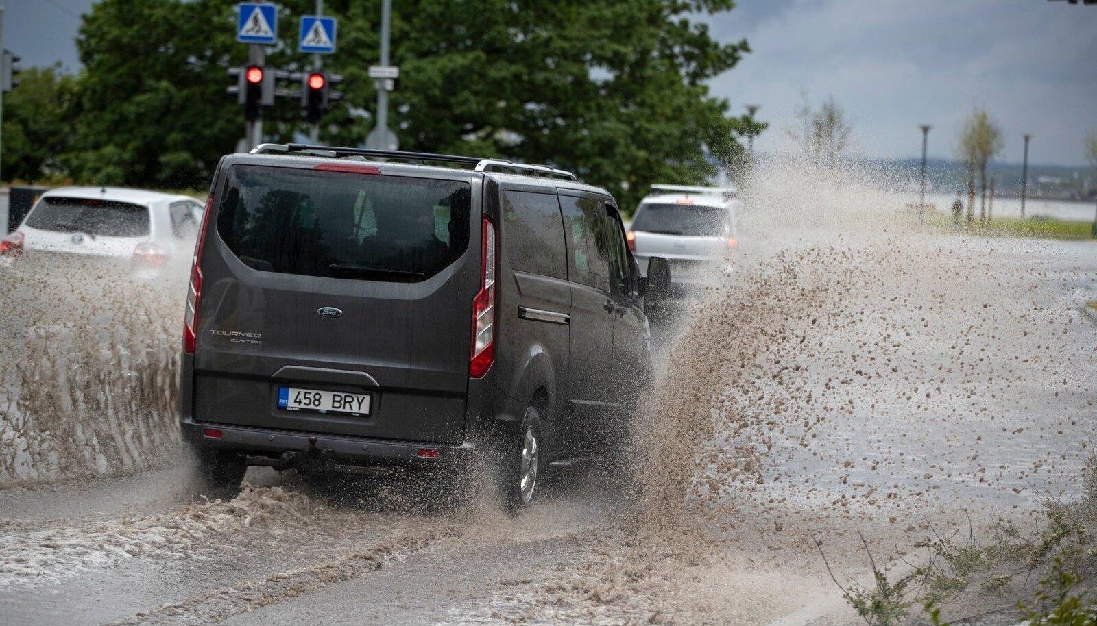 Tuttuuel Reidi teel on ka linlastele nähtavamaid probleeme. Vihmavesi ei voola piisavalt kiiresti ja suurema saju ajal pritsib vett nagu voolikust.