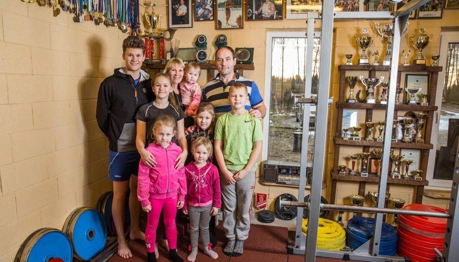 Aanide suurpere: Sten Anders (17), Janeli (12), Jolandra-Lisanna (6), ema Janne ja Janete-Aleksandra (2), Johanna (8), Johandra (4), isa Peeter, Sander (10)