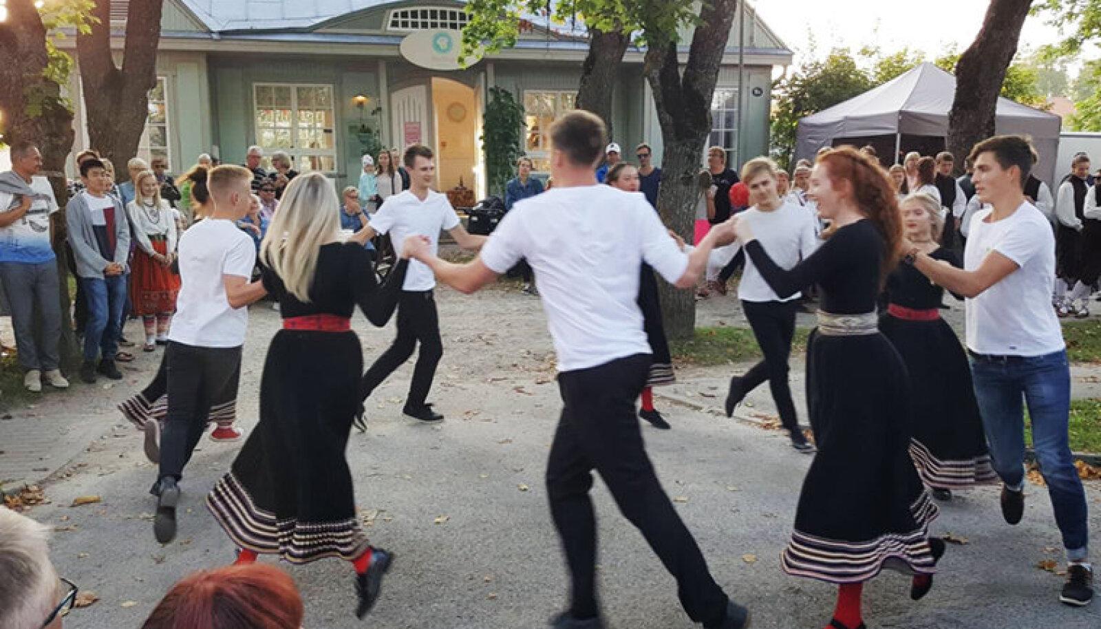 Kuressaare linnapargi veerel toimunud tänavapiknikul osalejad said kohvik Nautleja ees nautida noorte rahvatantsijate tantsulusti.
