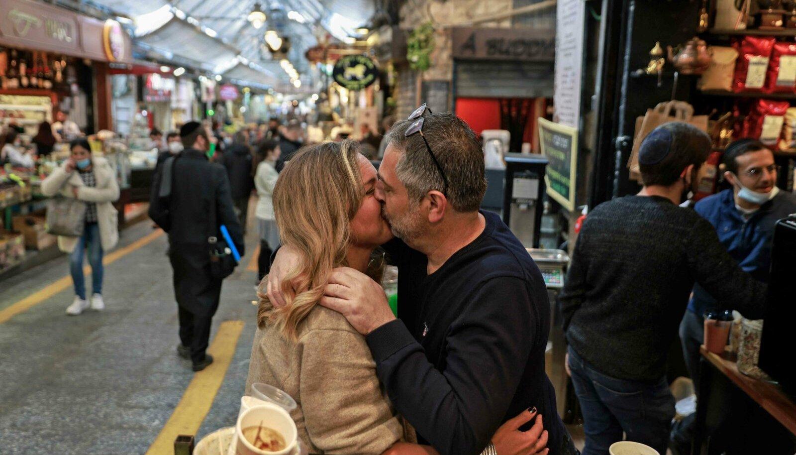 TAGASI NORMAALSUSSE: Suudlus Jeruusalemma Mahane Yehuda turul 18. märtsil.
