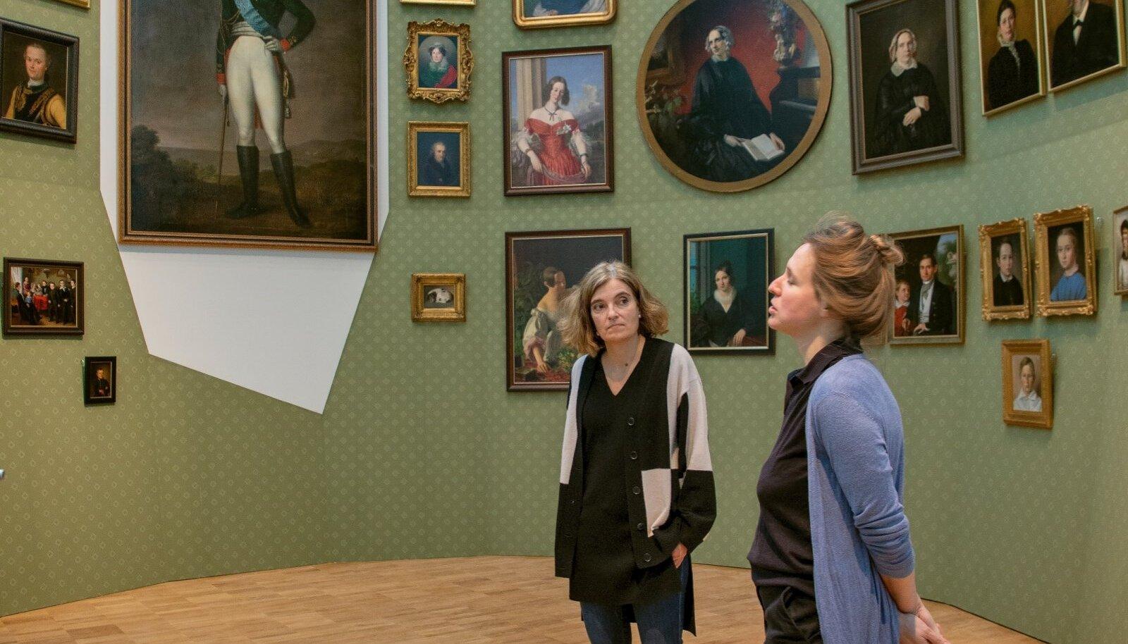 """Uue püsiekspositsiooni kuraatorid Kumu direktor kunstiteadlane Kadi Polli ja ajaloolane Linda Kaljundi installatsiooni """"Puri"""" juures."""