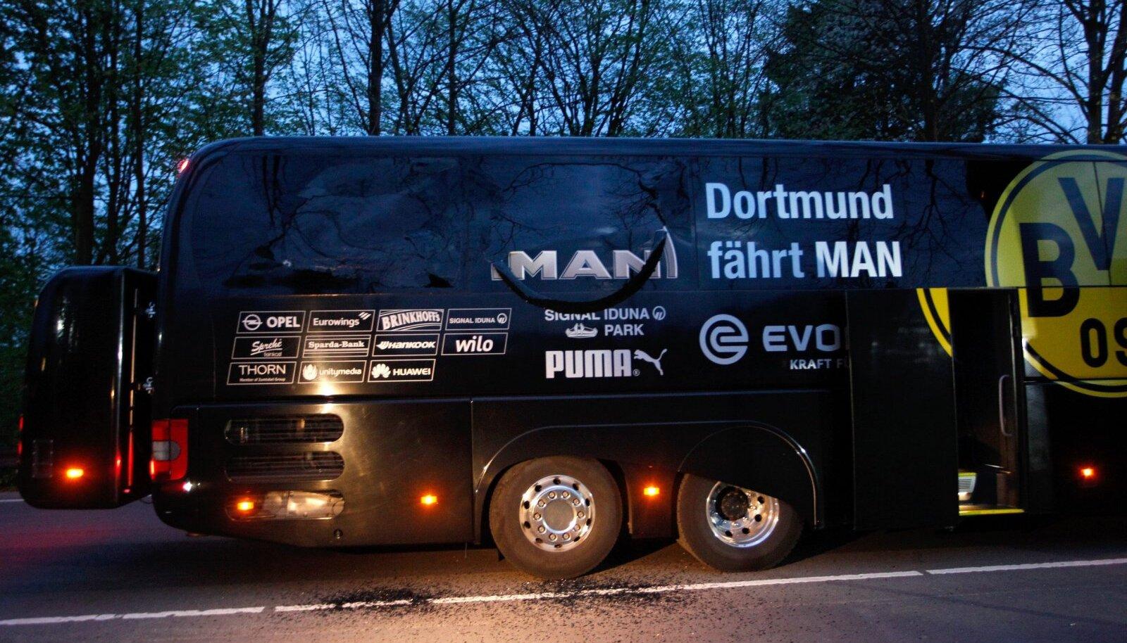 Dortmundi Borussia buss pärast pommirünnakut.