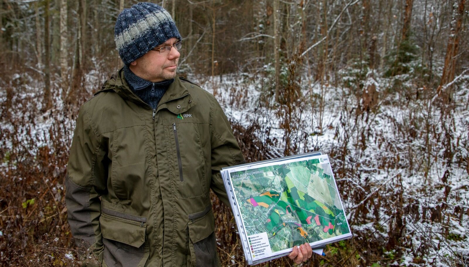 Eestimaa Looduse Fond soovib, et RMK arutaks rahvaga läbi, millised võimalused on kohaliku kõrgendatud huviga metsi majandada. Pildil näitab Ida-Harjumaa metsaülem Jürgen Kusmin Kose kaasamiskoosolekul, millised metsad Kose alevikus ja alevikuga piirnevas riigimetsas kasvavad.