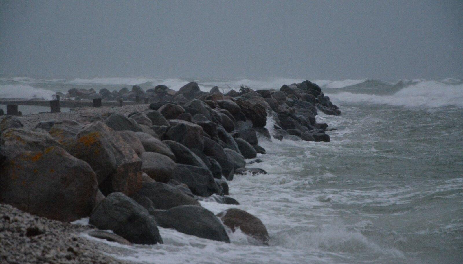 Tormine meri Hiiumaal Kalana sadamas.