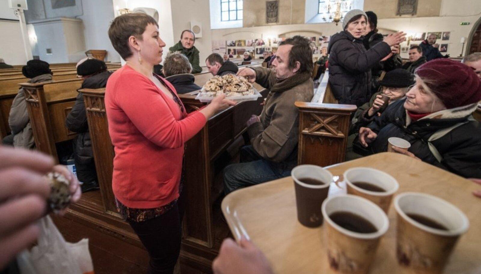Vaestele ja kodututele pakuti Oleviste kirikus kohvi ja kringlit
