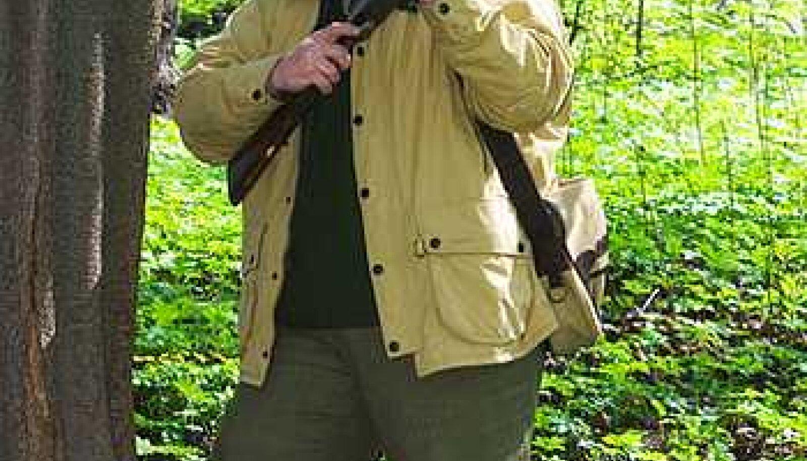 JUBA LINNUKESED...: Jahimeeste Seltsi presidendi Mario Sootna käes ilutsev relv pärineb sõjaeelsest Belgia kuningakojast ja oli üks kahest kuningas Leopoldi linnujahipüssist. Eestis käib linnujaht sügiseti. Ingmar Muusikus
