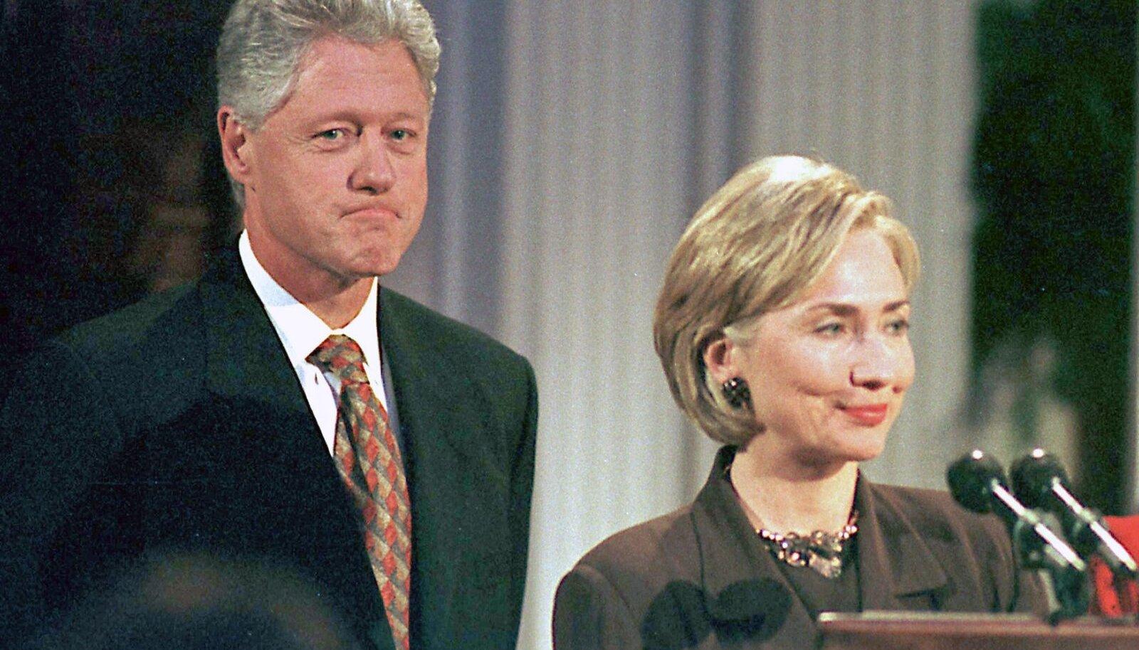 USA president Bill Clinton koos abikaasa Hillaryga 1998. aastal. Järgmise aasta algul mõistis USA senat Bill Clintoni õigeks ja ta jätkas presidendi ametis.