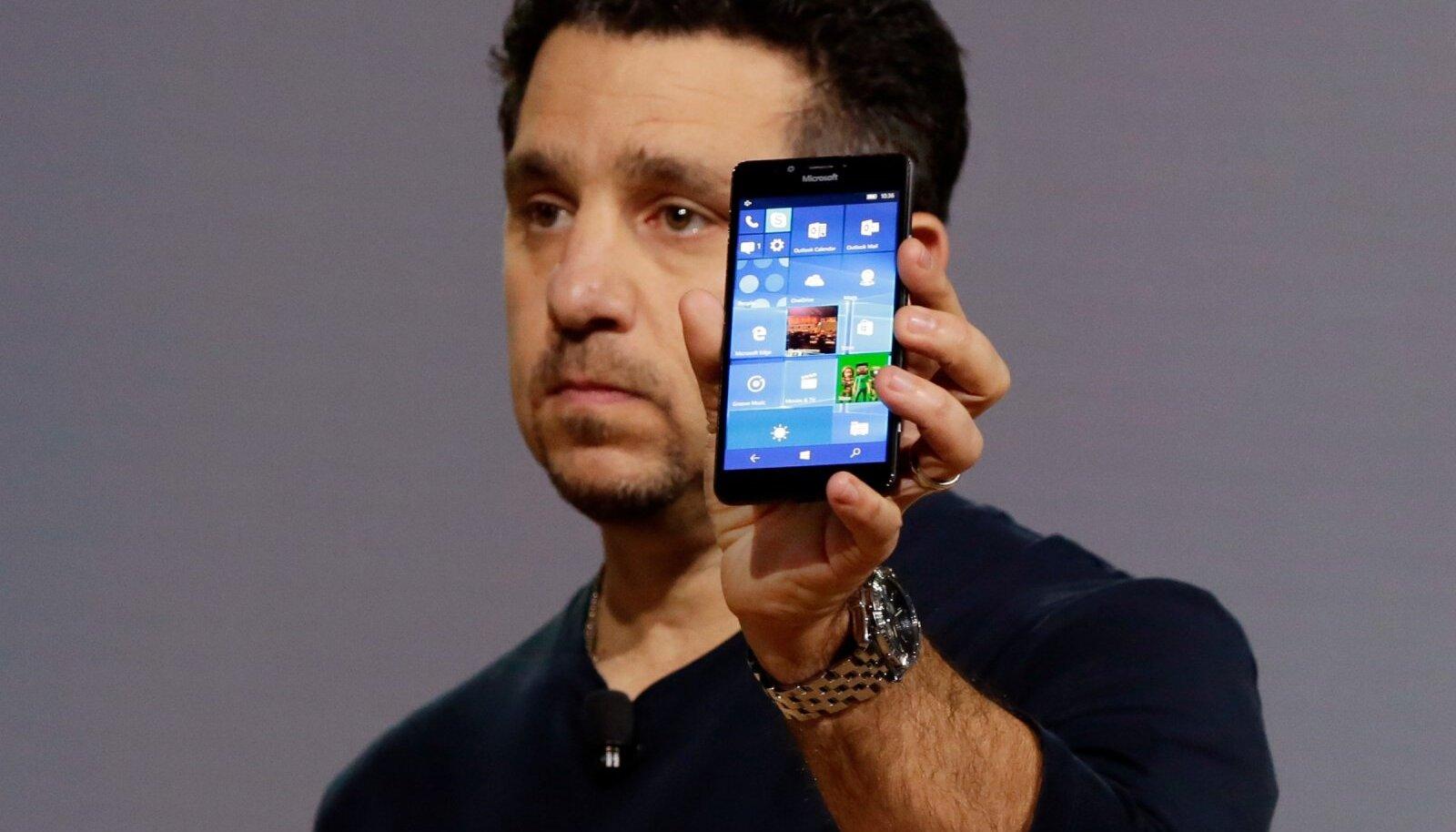 Sellise tooniga loo juurde sobib taasavaldada pilti kurvailmelisest Microsoft tippjuhist möödunud sügisel Lumia 950 telefoni esitlemas. (Foto: AP)
