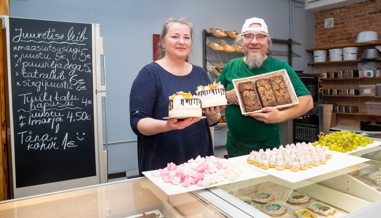 Janika ja Tiit Vaher pakuvad uues poes oma kätega valmistatud torte ja leiba.