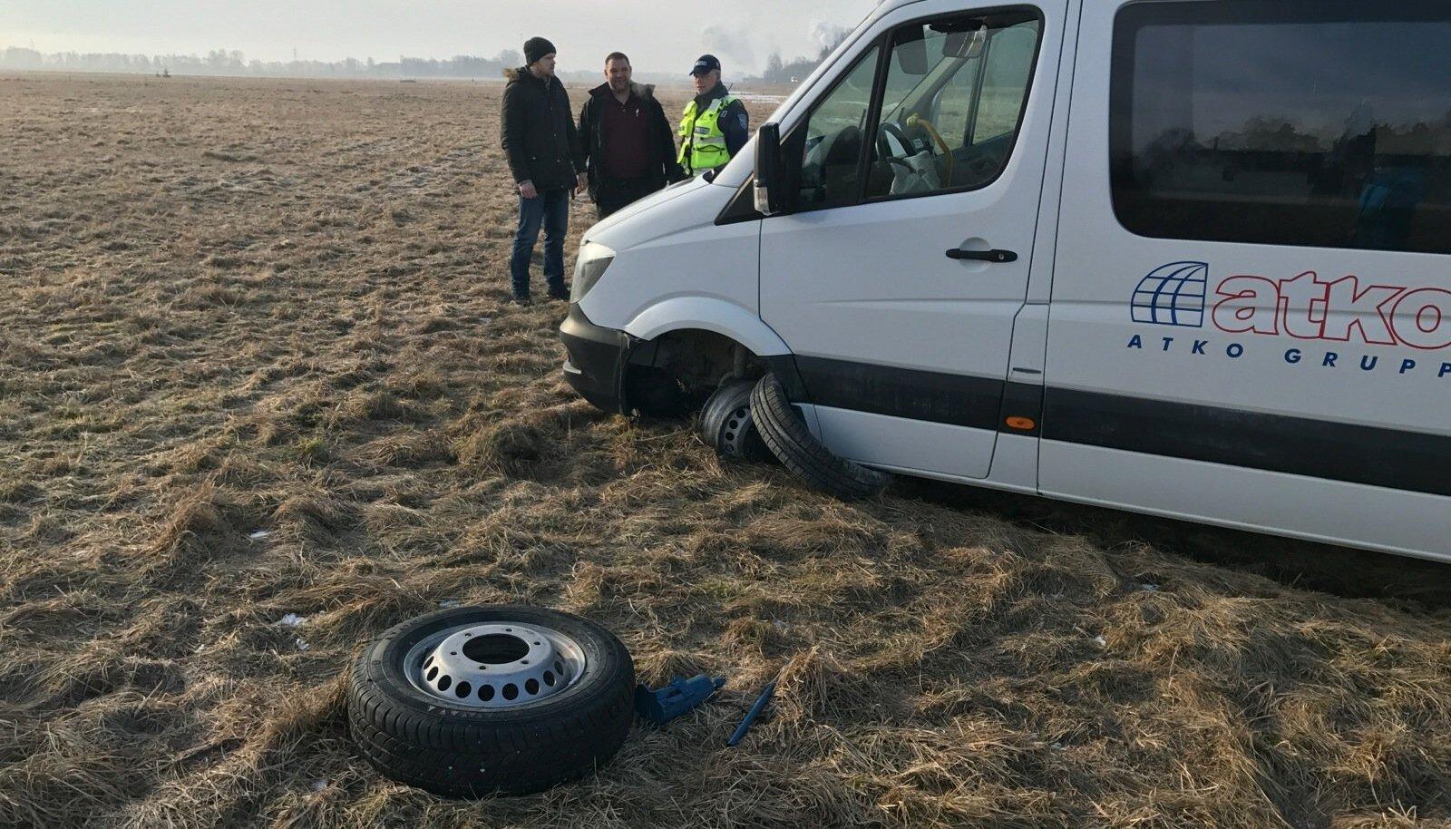 Reede hommikul sõitis Imaveres teelt välja lapsi vedanud väikebuss.