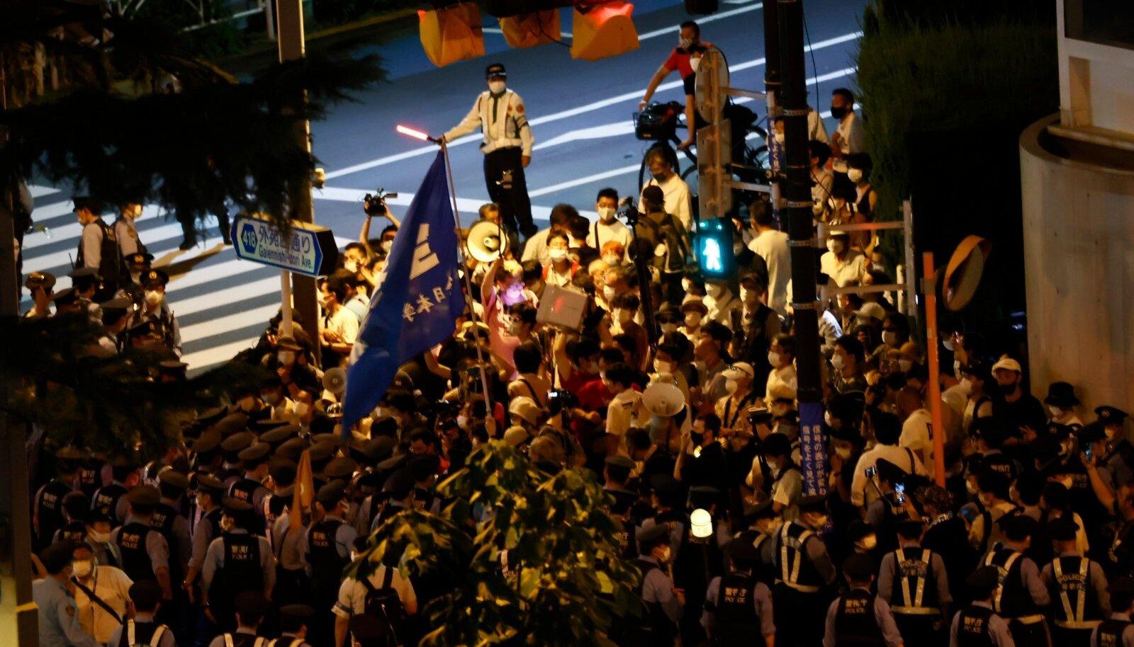 Protestijad olid kogunenud staadionist välja.