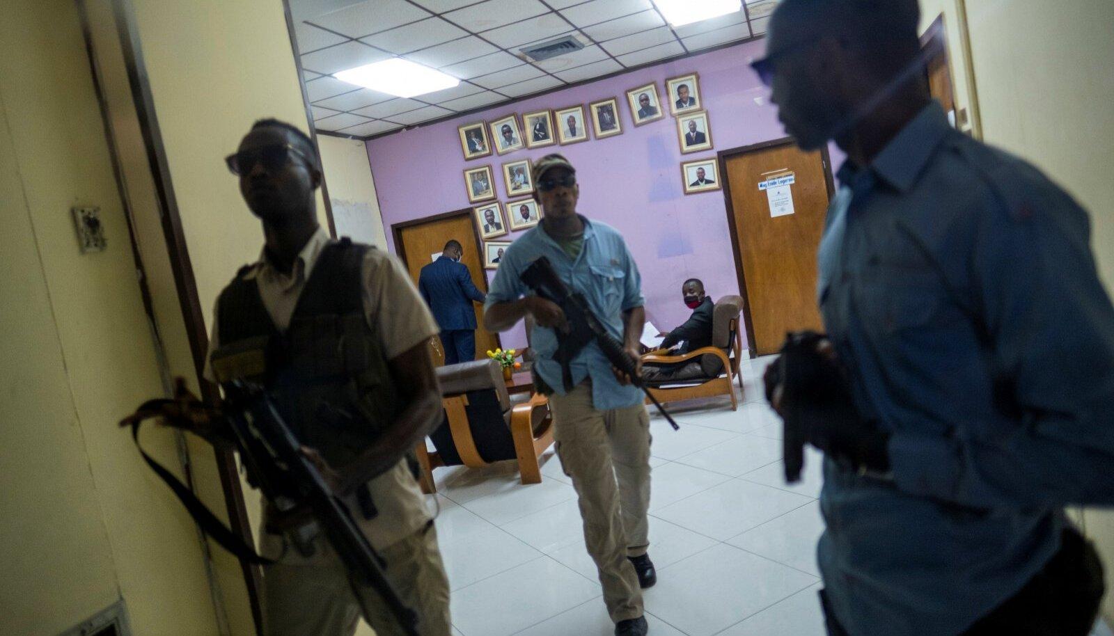 Haiti peaprokuröri Bed-Ford Claude'i ihukaitsjad valvasid teisipäeval tema kontori sissepääsu.
