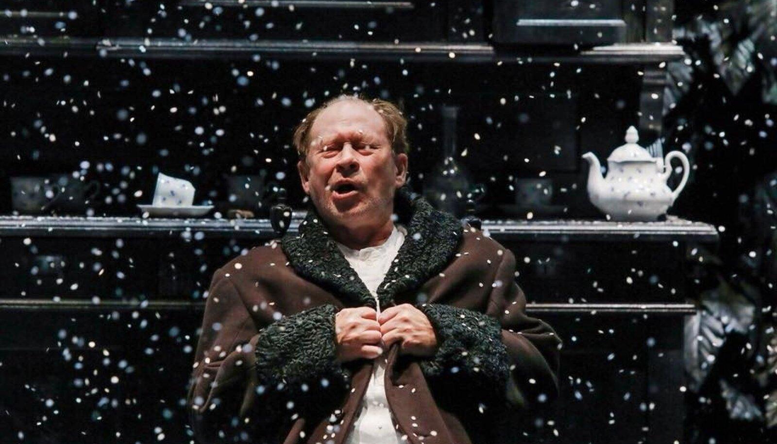 """Maksim Gorki """"Väikekodanlaste"""" finaalis sajab lund. Pildil peategelane, Venemaa rahvakunstnik Juri Itskov – Vassili Vassiljevitš Bessemjanov."""