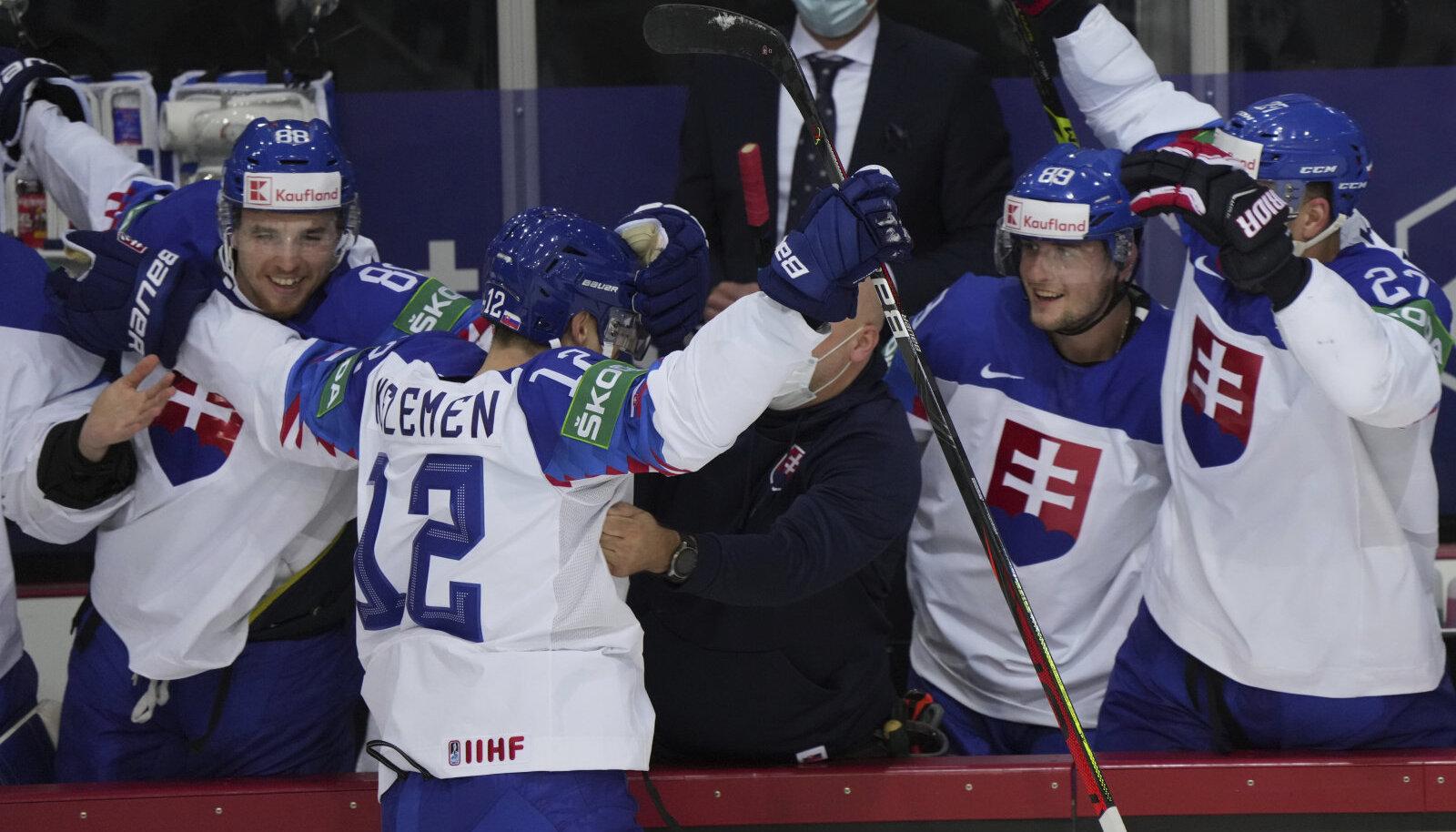 Slovakkia jäähokimängijad juubeldavad