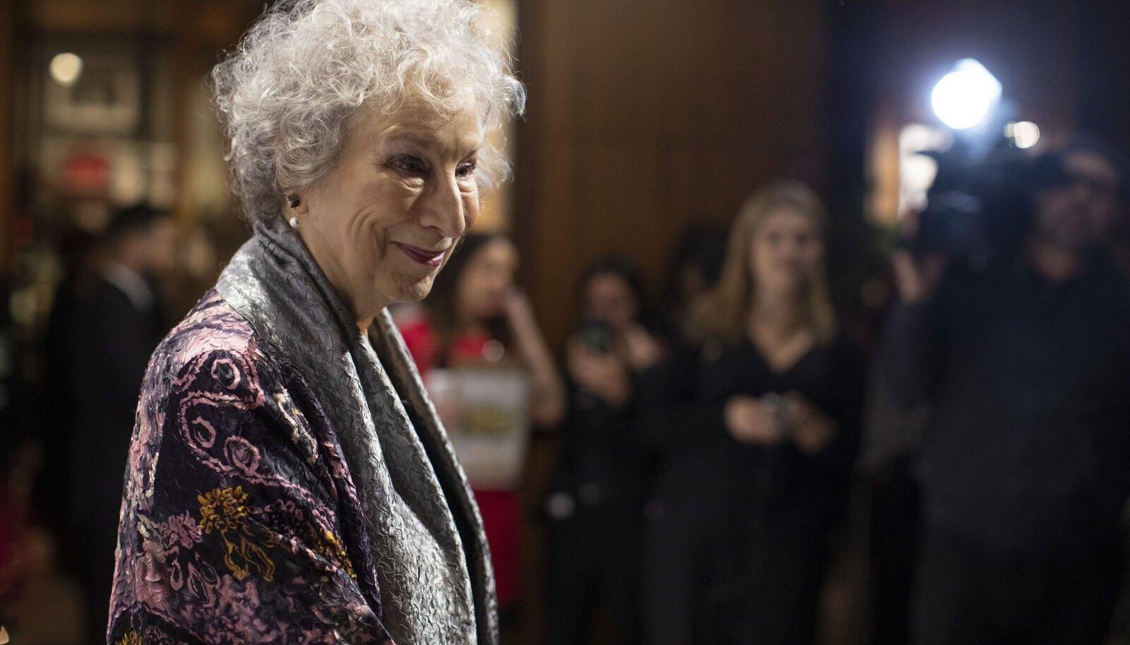 """""""Tehingud surnutega. Kirjanik kirjutamisest"""" annab aimust elukutse või sunni viisil hobiks taandatud karjääri keerukusest ja olulisusest. Fotol Atwood 2019. aasta novembris Torontos Giller Prize'i galal"""