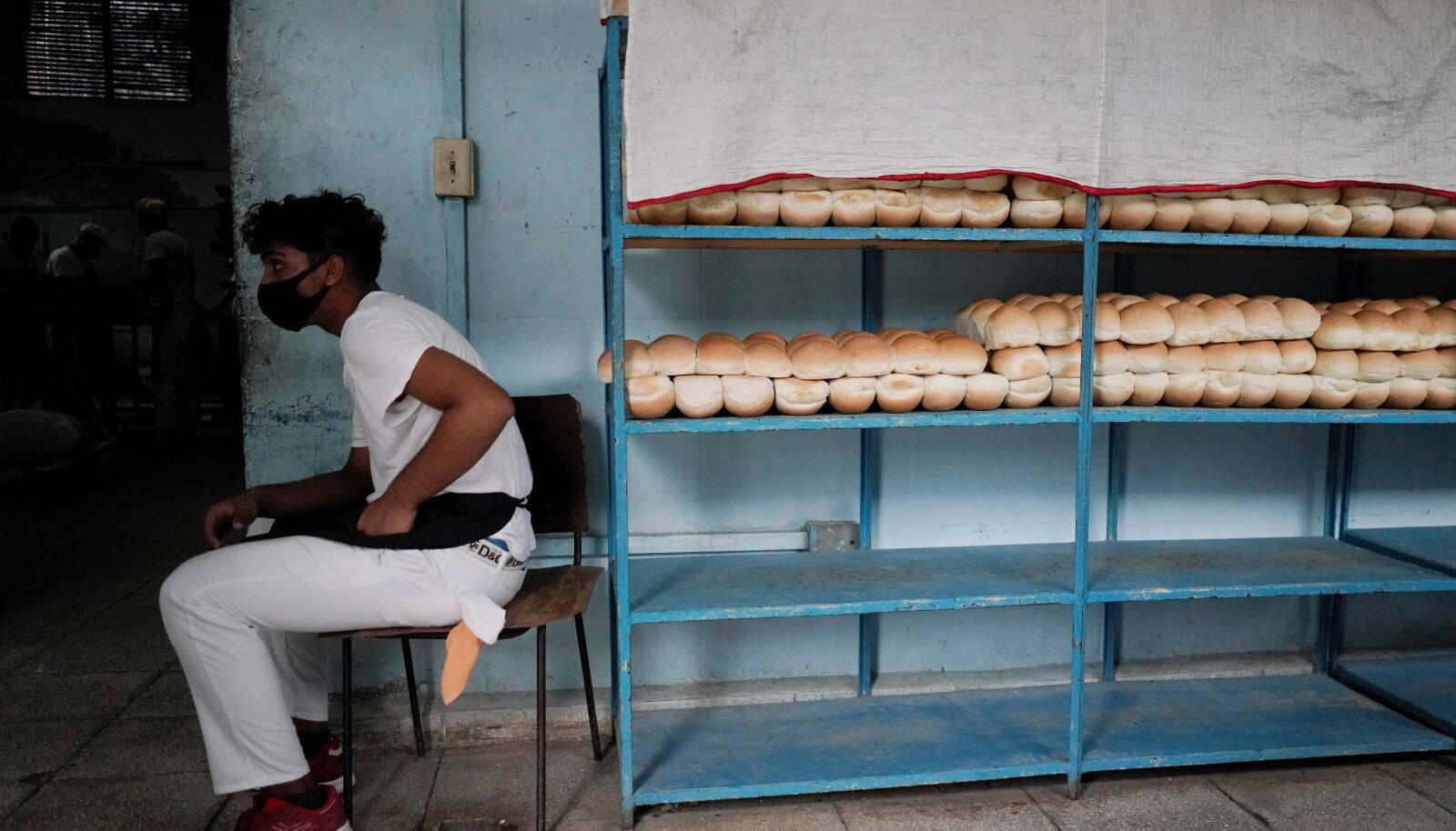 MAISILEIBA VASTU TAHTMIST: Pagarikoja tööline Havannas. Pagarid panevad Kuubal leiva sisse üha rohkem kõrvitsa- või maisijahu, mistõttu kurdavad kohalikud, et leib maitseb nagu vettinud mais.