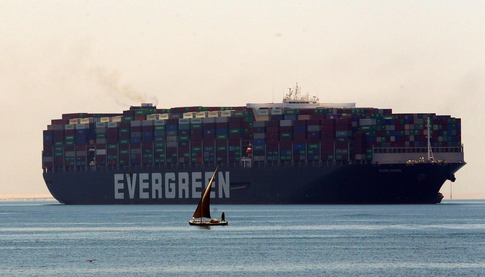 Vabastatud konteinerlaev lahkumas Suessi kanalist