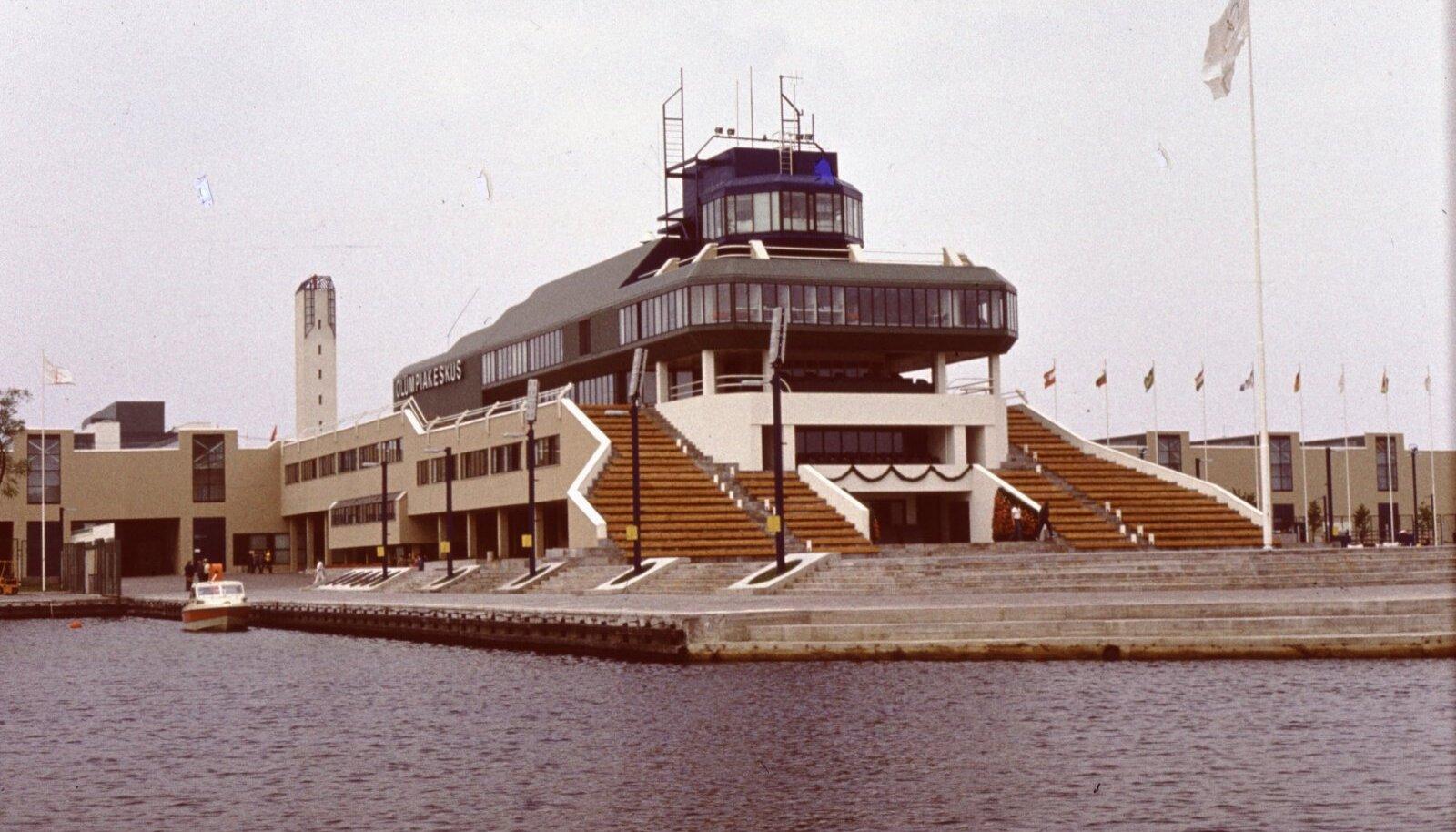 Võimsa välimusega kompleksi lõppversiooni arhitektid olid Henno Sepmann, Peep Jänes, Ants Raid ja Himm Looveer. Enne seda oli samas kohas sportjahtide tehas ja sõjaväe jahtklubi.