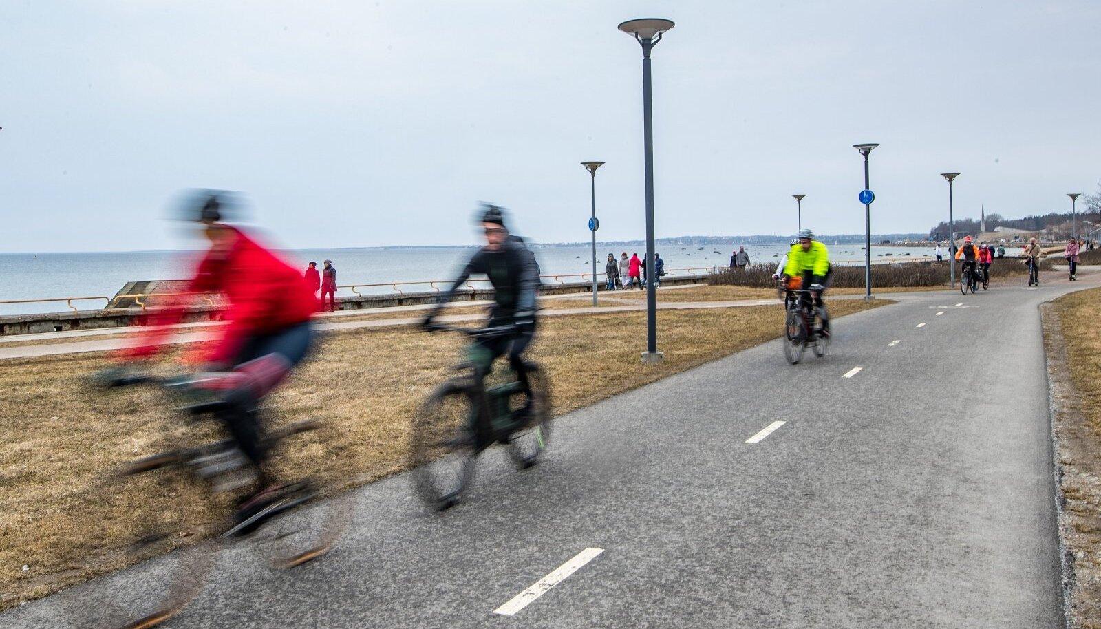 Pop up rattateed - sõiduteed jagatakse ajutiselt ümber jalgratturite kasuks. Fotol ratturid Reidi teel