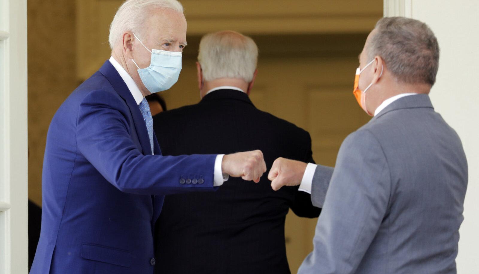 Джо Байден приветствует очередного гостя в Белом доме
