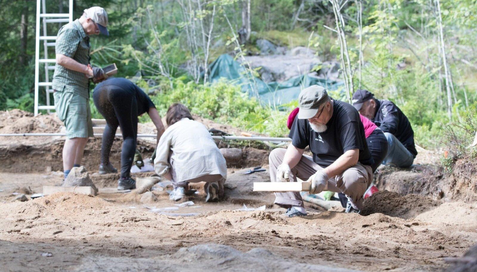 """""""Nad on siin vabatahtlikult. Teeme seda kõik omast tahtest, ilma eraldi rahastuseta,"""" tutvustab Kriiska oma kolleege, Soome harrastusarheolooge, kelle suvi möödub väljakaevamistel."""