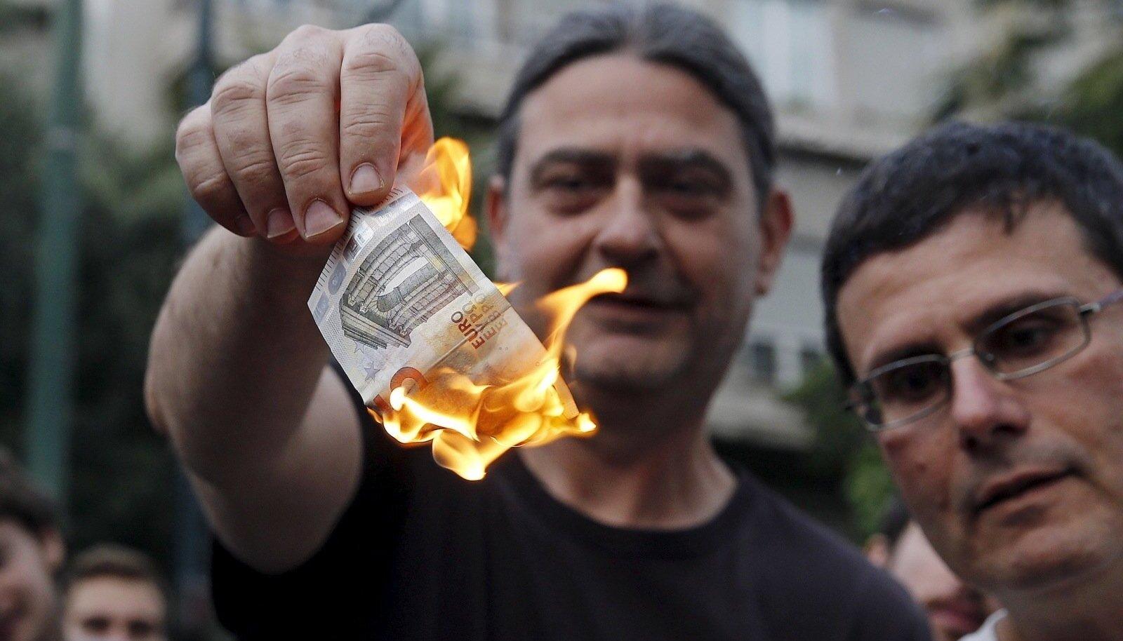 Kasinusmeetmete vastu protestijad põletasid tähelepanu püüdmiseks Ateenas Euroopa Liidu esinduse juures raha. Arvestades Kreekas sularaha väljavõtmisele kehtestatud piiranguid on isegi viieeurone kupüür saanud palju tähendusrikkamaks kui seni.