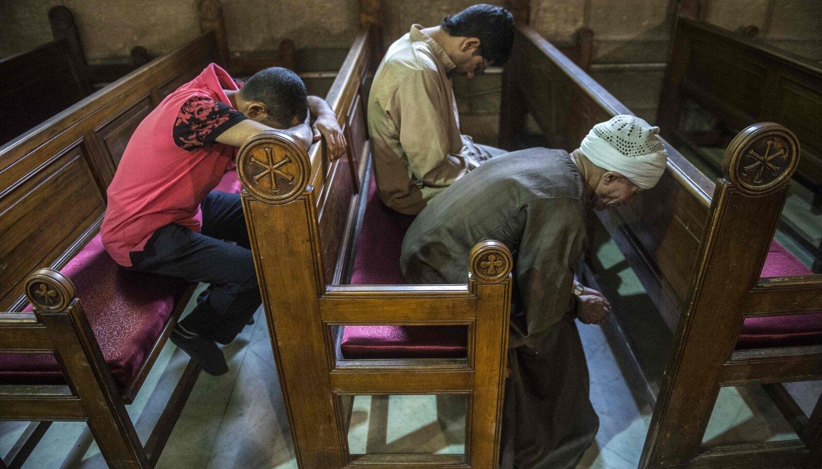 Hukkunute lähedased palvetavad pühapäeval Kairos kopti kirikus