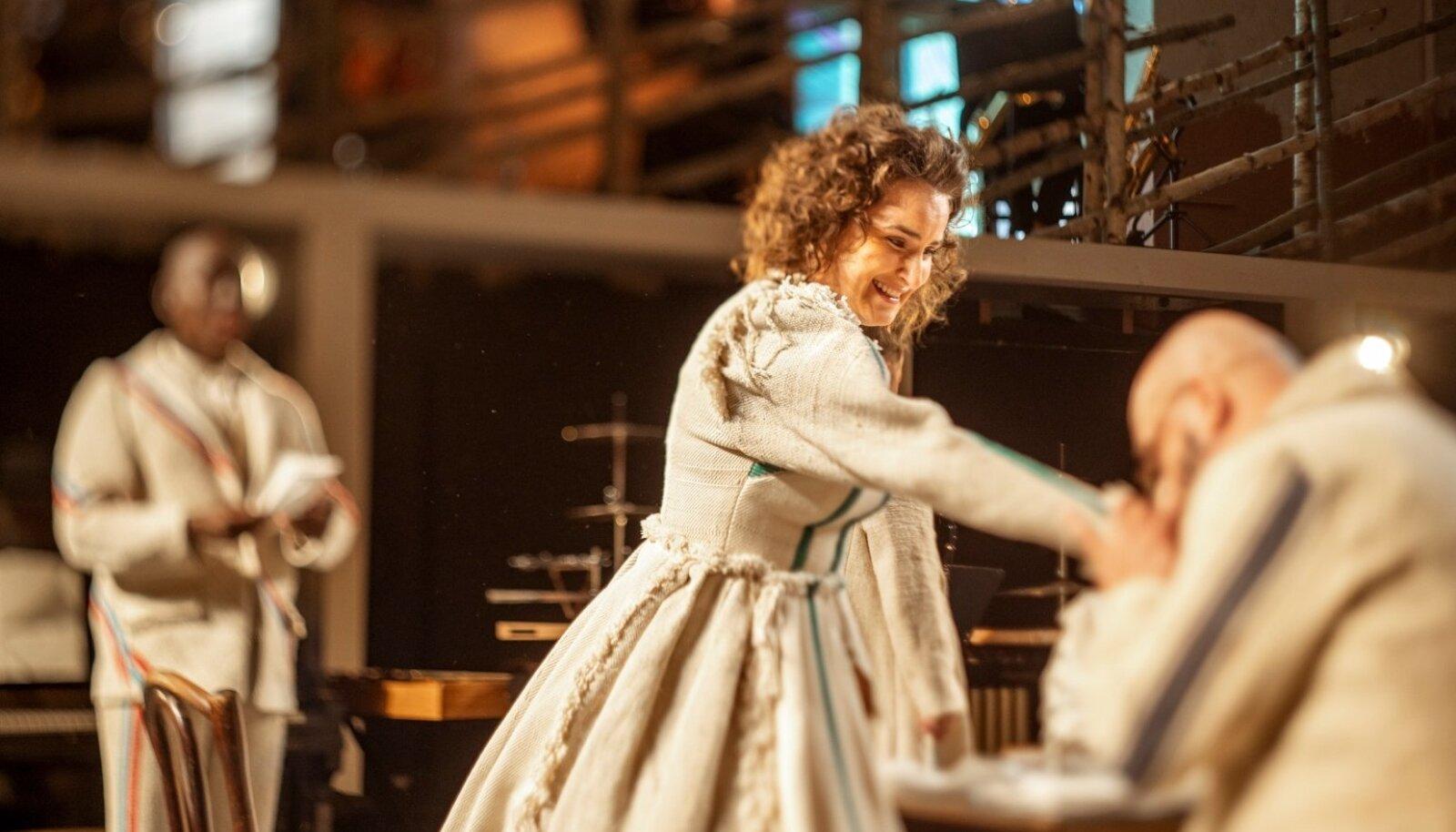 150 aastat tagasi: Lydia Koidula (Maria Listra) kätt suudleb Carl Robert Jakobson (Märt Jakobson). Kätt suudelda mõned eestlased tollal juba oskasid, aga naisi eesti rahva esimesel laulupeol veel laulma ei lastud.