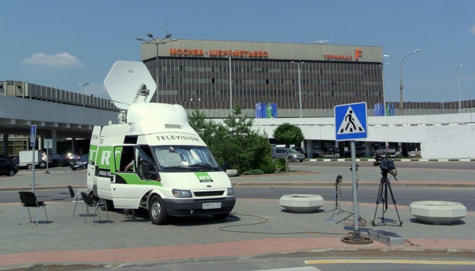 Keeruline pole leida ainult Snowdenit, vaid ka ajakirjanikke. Ainult üks mikrobuss kanali Russia Today teletehnikaga on terminalide ees.