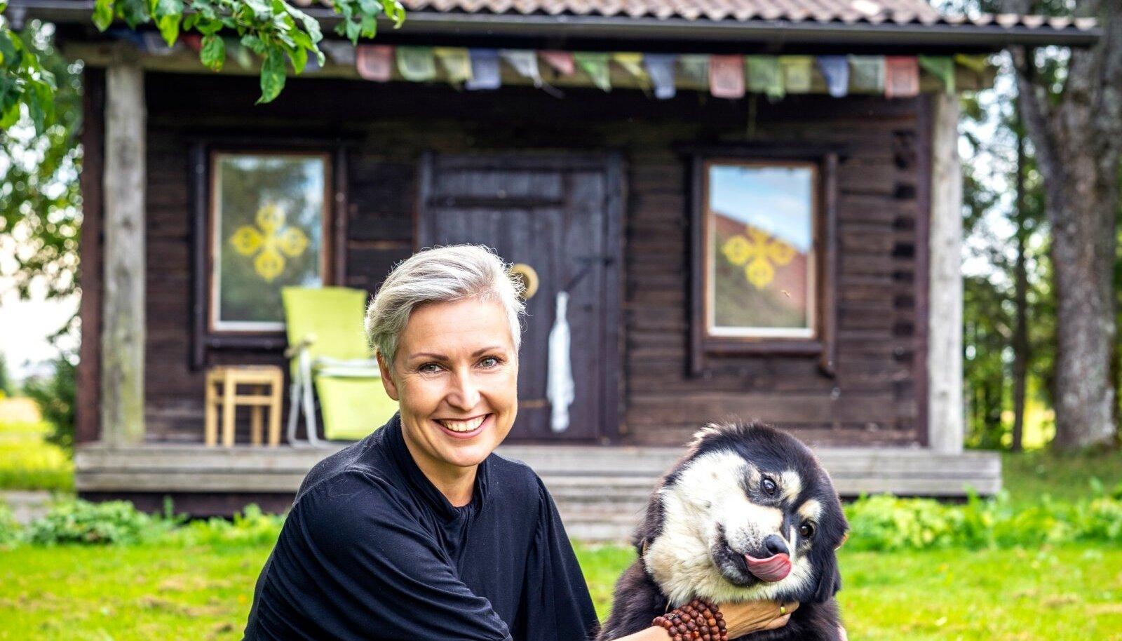 Silva Soobik koos nunnumeeter Tuuliga pimemaja ees.