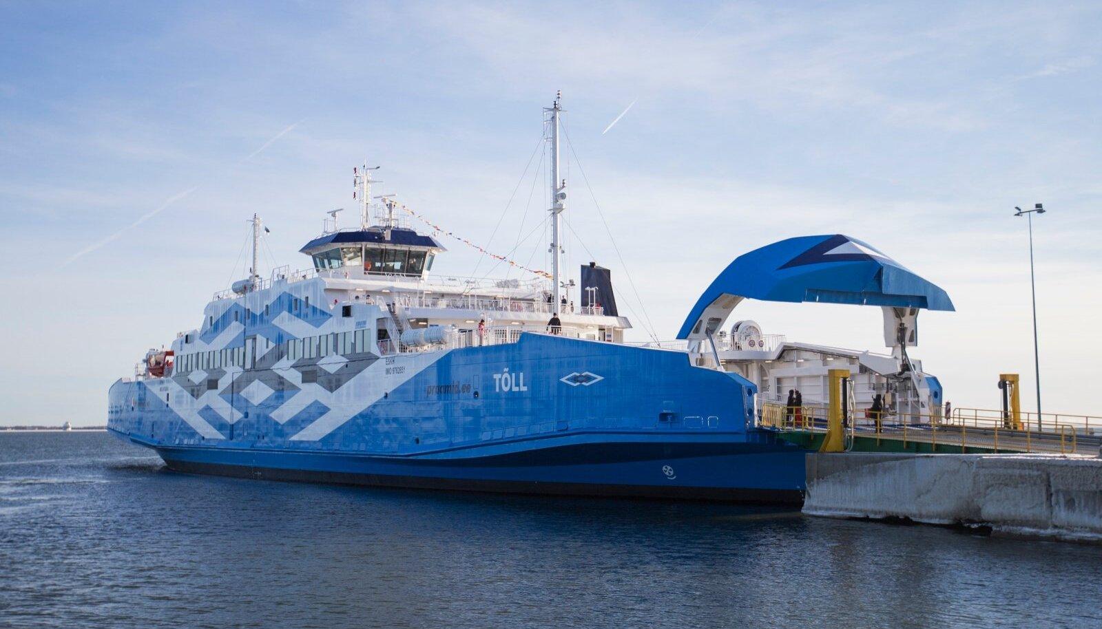 Mandri ja Muhu vahet sõitev parvlaev Kuivastu sadamas.