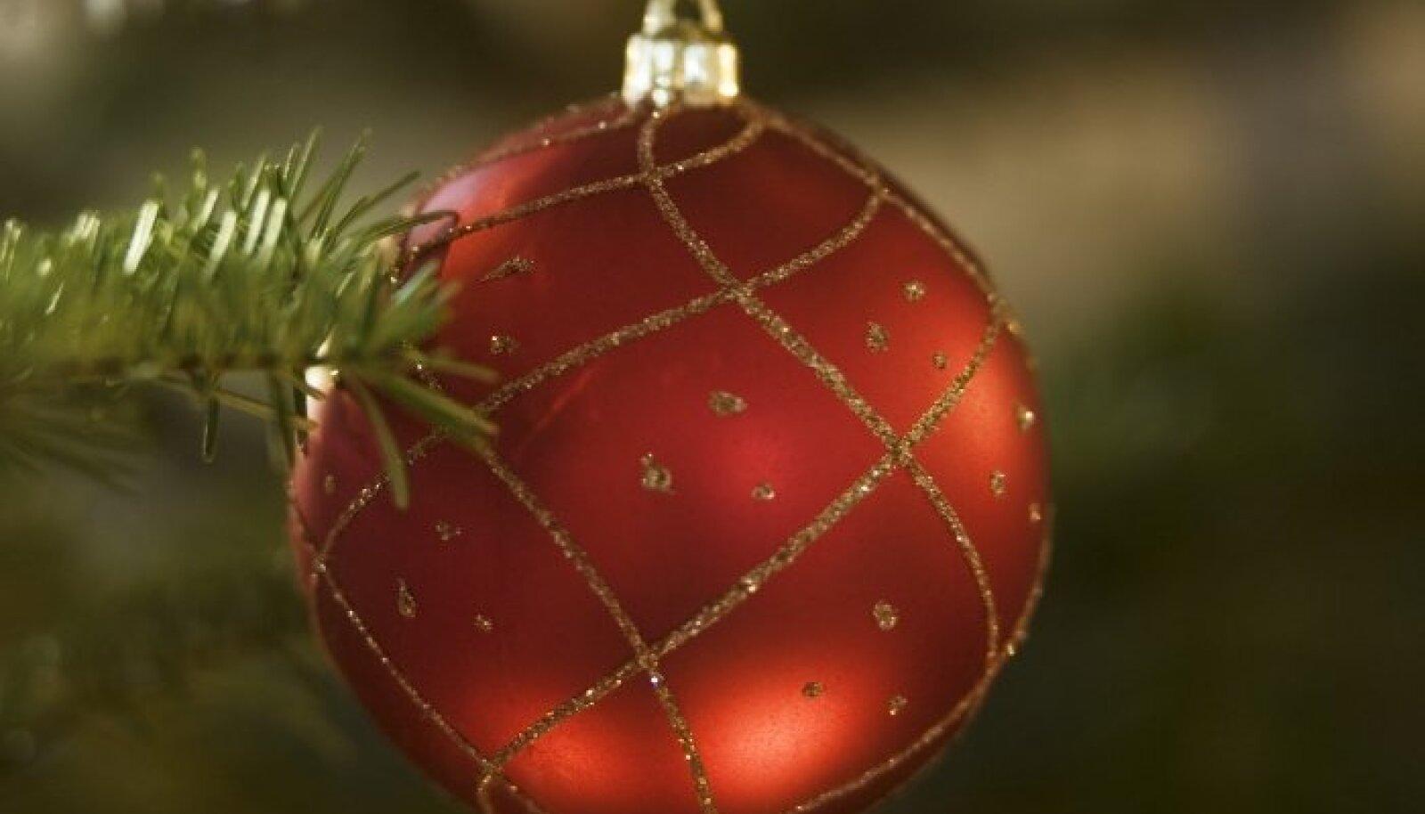 Igas peres hiilis mõni laps või kamp lapsi aeg-ajalt akna juurde piiluma, kas päkapikud on juba ära käinud või kas jõulutaat tuleb.