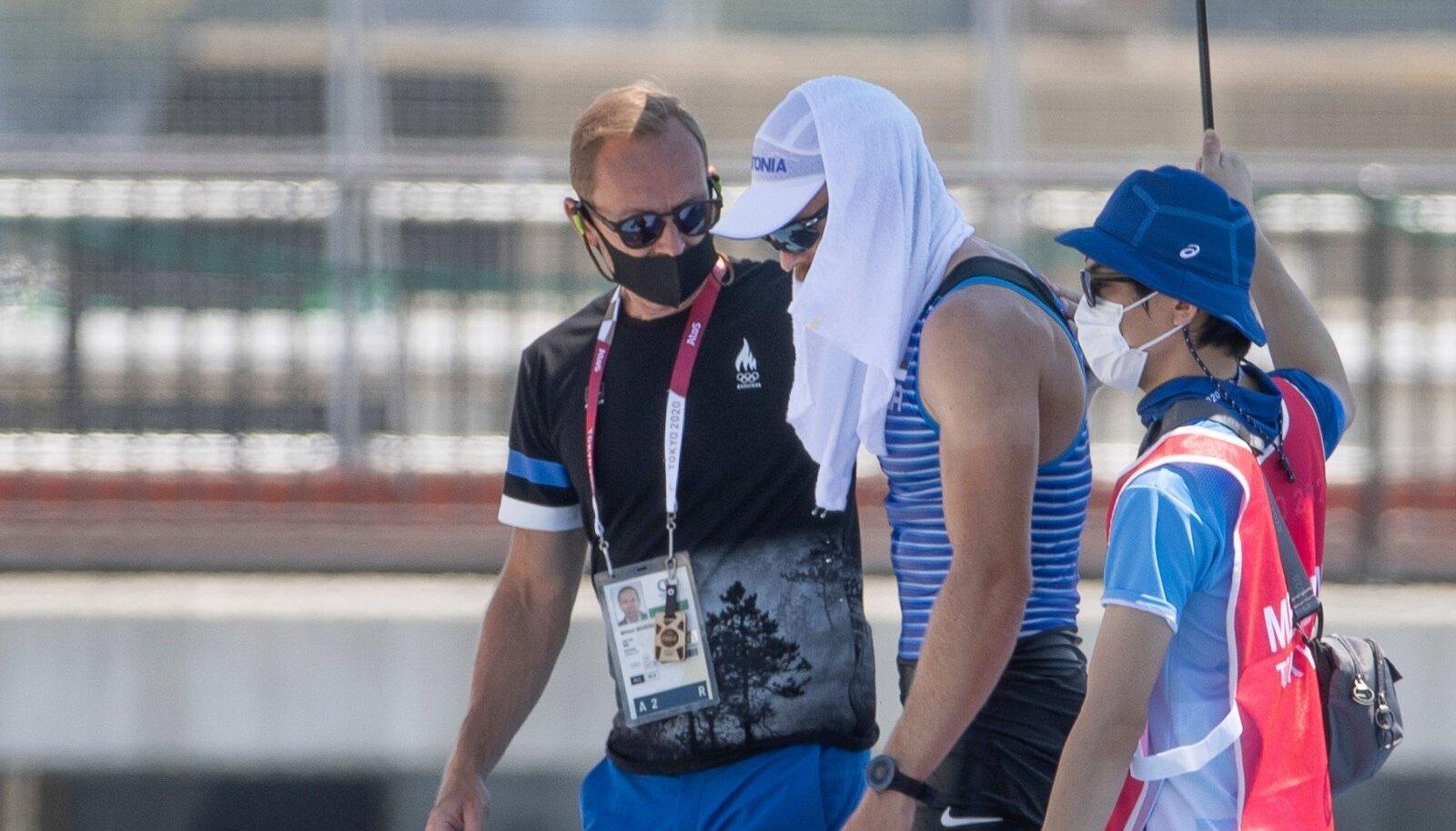 Koondise arst Mihkel Mardna (vasakul) aitab Jüri-Mikk Udamit.