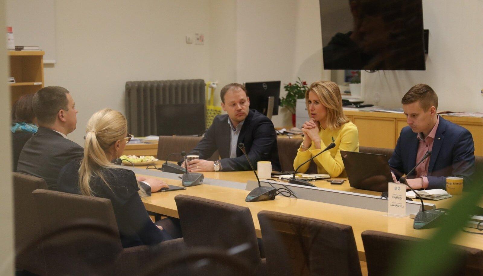 Kaja Kallas koos Arto Aasa ja Erkki Keldoga (paremal) võtsid eile vastu Keskerakonna delegatsiooni, kuhu kuulusid Mailis Reps, Jüri Ratas ja Kadri Simson.