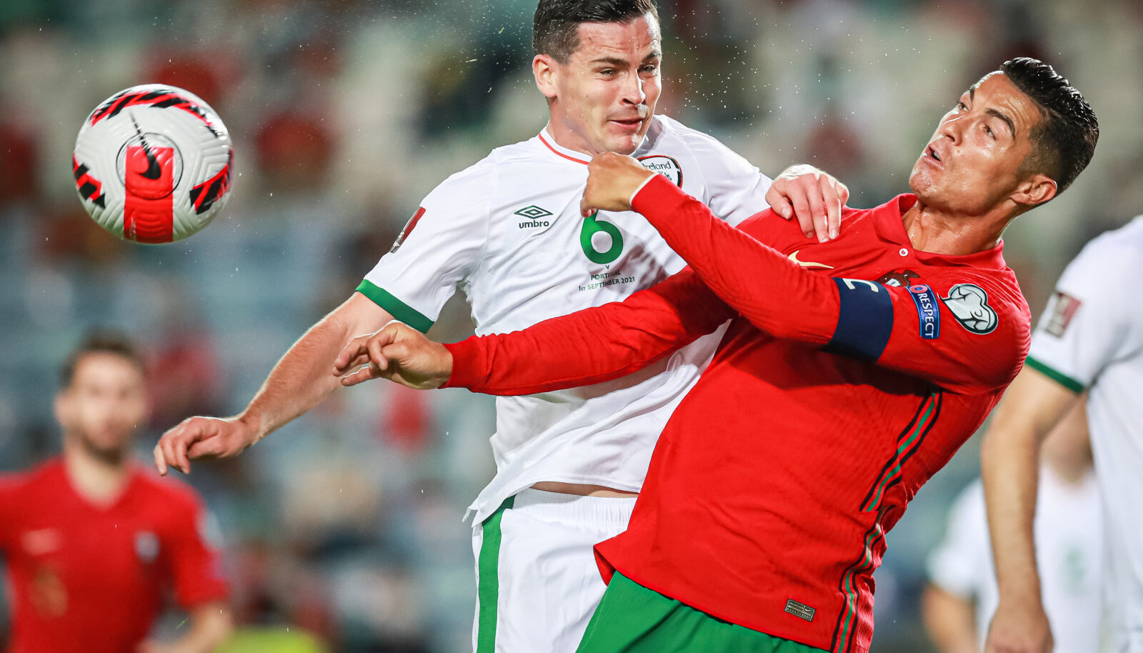 Криштиану Роналду (в красной форме) борется за мяч