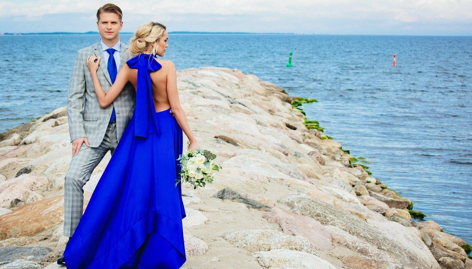 Merekohin ja teie kaks... Unustage valge kleit ja must ülikond – mereteemalises pulmas on lubatud nii palju enam! Riietu kas või sinisesse…Kleit 380.- Iris Janvier, kingad 99.- Shoeshop, kõrvarõngad 129.- Soma. Pintsak 199.90, ülikonnapüksid 99.90, triiksärk 79.90, lips 19.90 Baltman, kingad 99.- Shoeshop