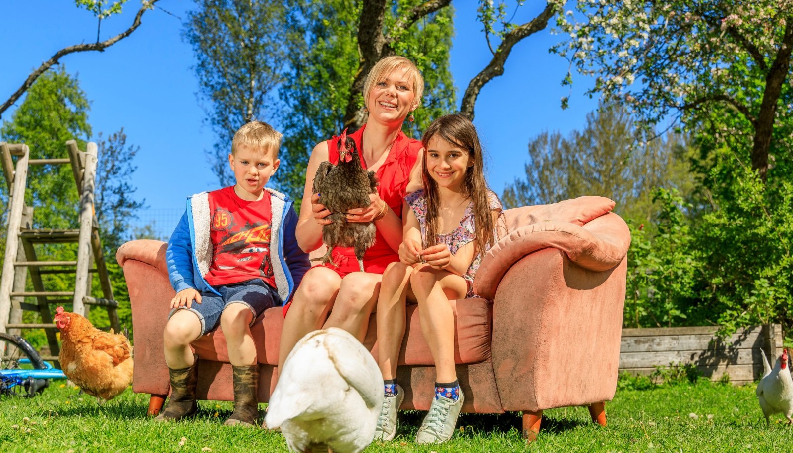 NAUDIB TALUELU Heidi naudib talupidamist oma kodusaarel Saaremaal Pajuvärava talus koos tütre Uma Säsili ja poja Hendrik Rajuga. Hea meelega tutvustavad nad maaelu ka linnainimestele.