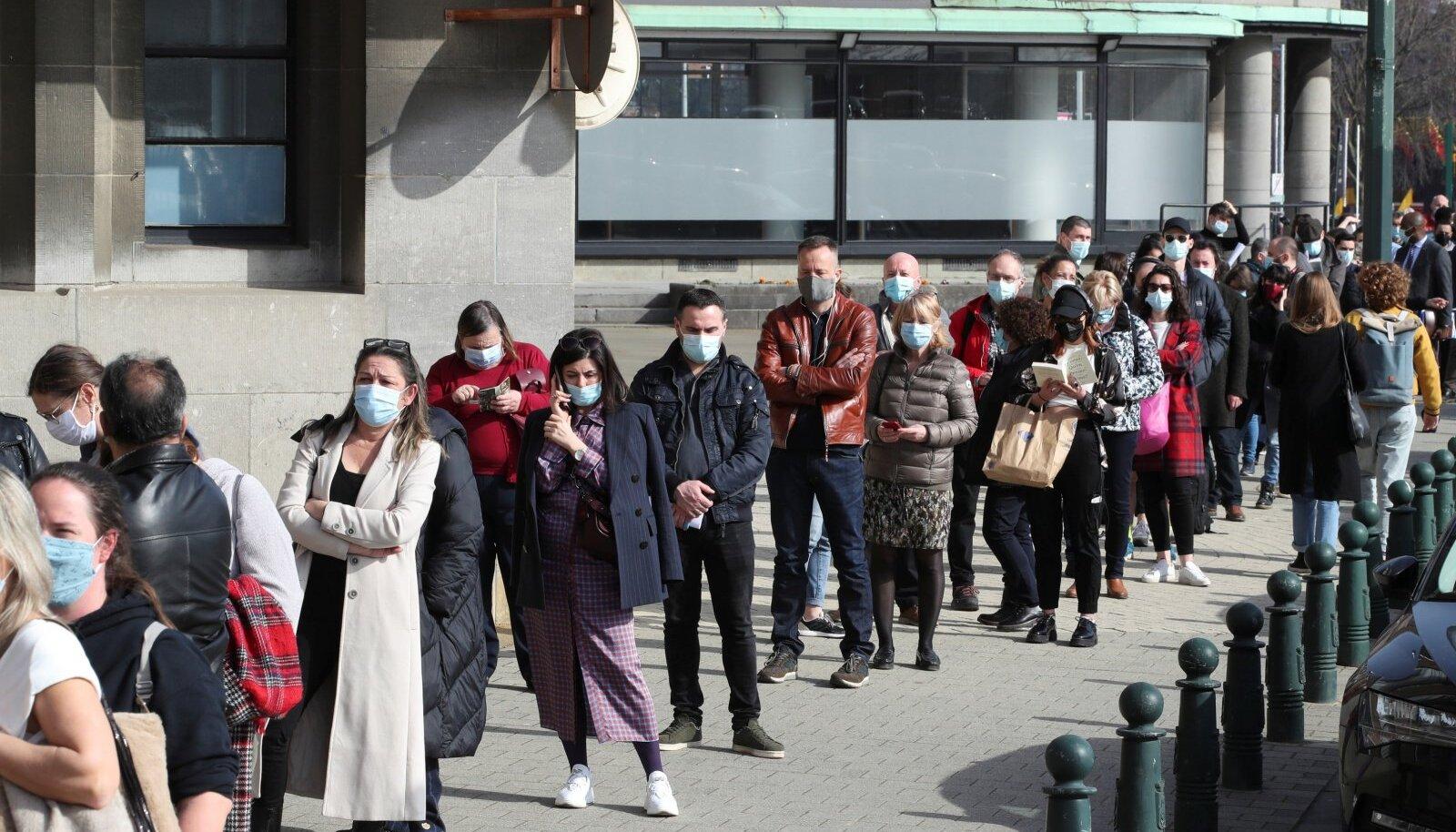 TAHAKS SÜSTI: Inimesed Brüsseli suurima vakstineerimiskeskuse järjekorras.